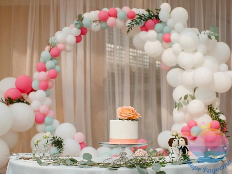 украшение торта шарами