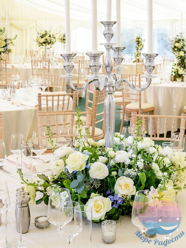 венок из цветов на свадебном столе